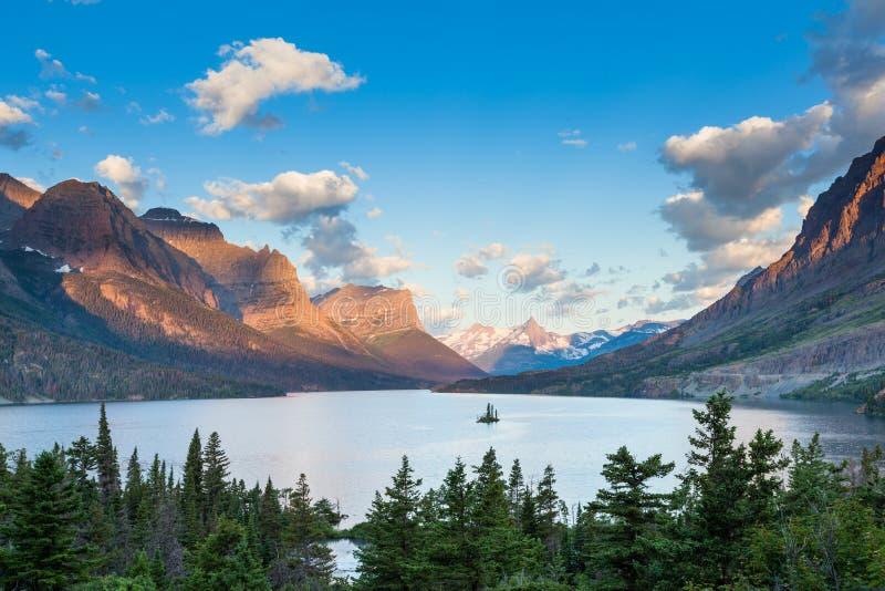 St. Mary Lake e ilha selvagem do ganso no parque nacional de geleira fotos de stock royalty free