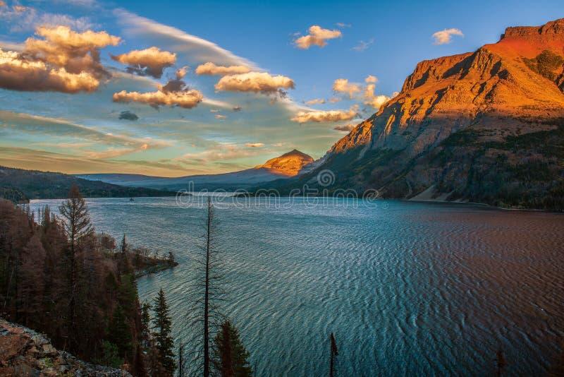 St Mary Lake no por do sol Parque nacional de geleira montana EUA imagens de stock royalty free