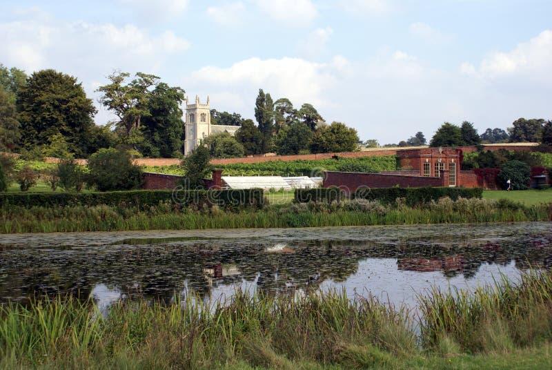 St Mary Magdelene kerk en meer, Suffolk, Engeland royalty-vrije stock fotografie