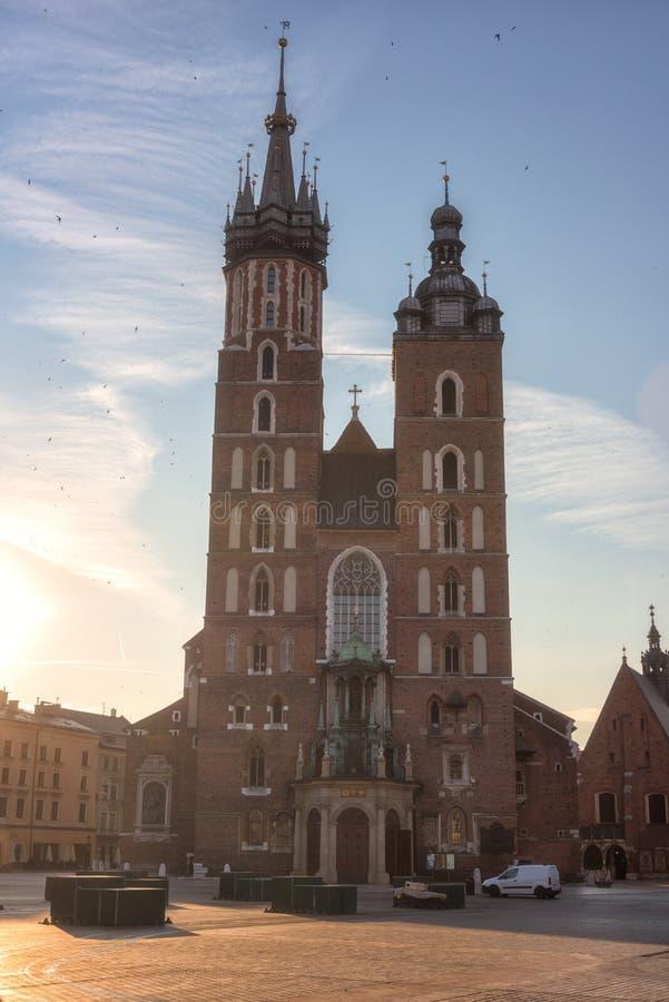 St- Mary` s Kirche bei Sonnenaufgang, alte Stadt Krakaus, Marktplatz mit historischem Mittelstadtbild, Polen, Europa lizenzfreies stockfoto