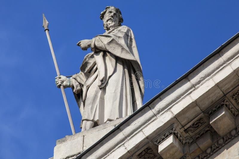 St Matthias Sculpture na fachada do sul de St Pauls Cathe fotos de stock royalty free