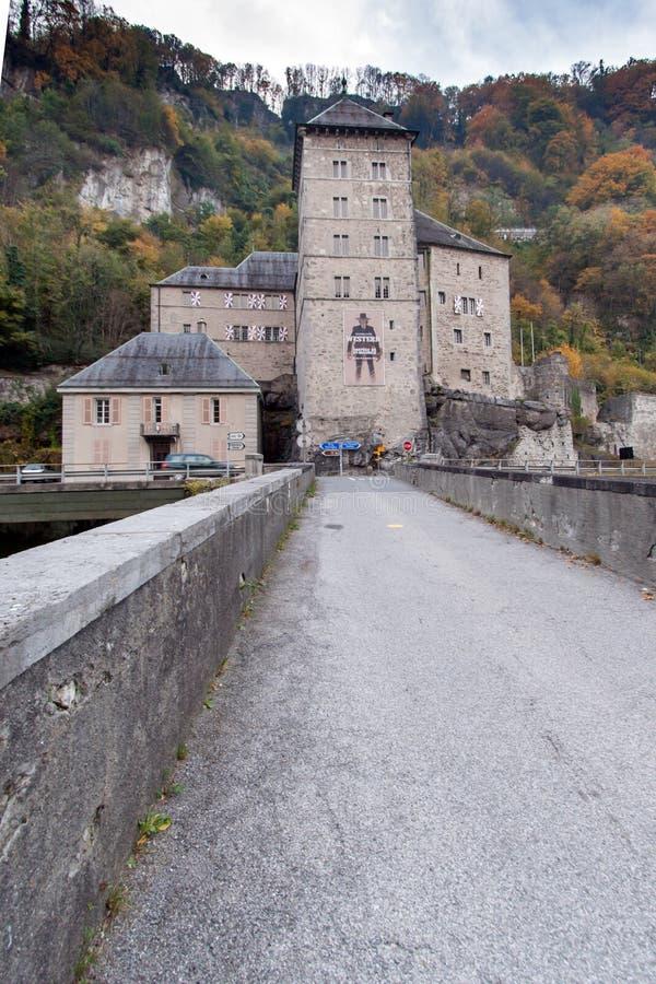 ST MAURICE FÄSTNING, SCHWEIZ - OKTOBER 26, 2015: Frontal sikt av fästningen för St Maurice History, kanton av Vaud royaltyfri bild