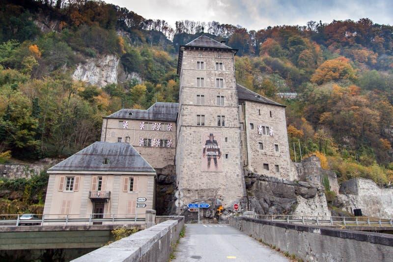 ST MAURICE FÄSTNING, SCHWEIZ - OKTOBER 26, 2015: Frontal sikt av fästningen för St Maurice History, kanton av Vaud arkivbild