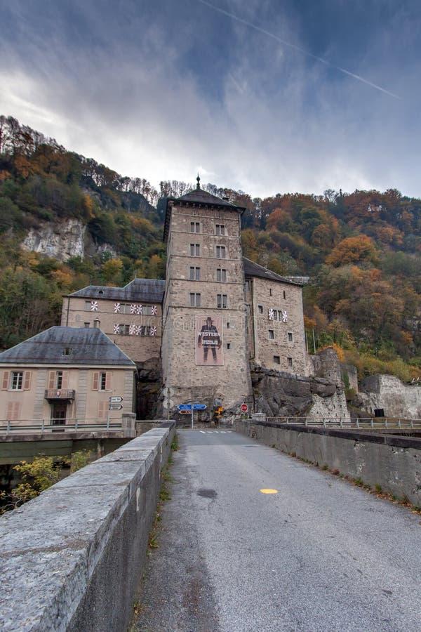 ST MAURICE FÄSTNING, SCHWEIZ - OKTOBER 27, 2015: Frontal sikt av fästningen för St Maurice History, kanton av Vaud arkivfoto