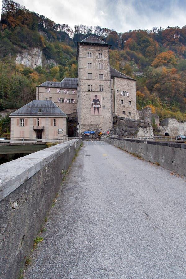 ST MAURICE FÄSTNING, SCHWEIZ - OKTOBER 27, 2015: Frontal sikt av fästningen för St Maurice History, kanton av Vaud arkivfoton