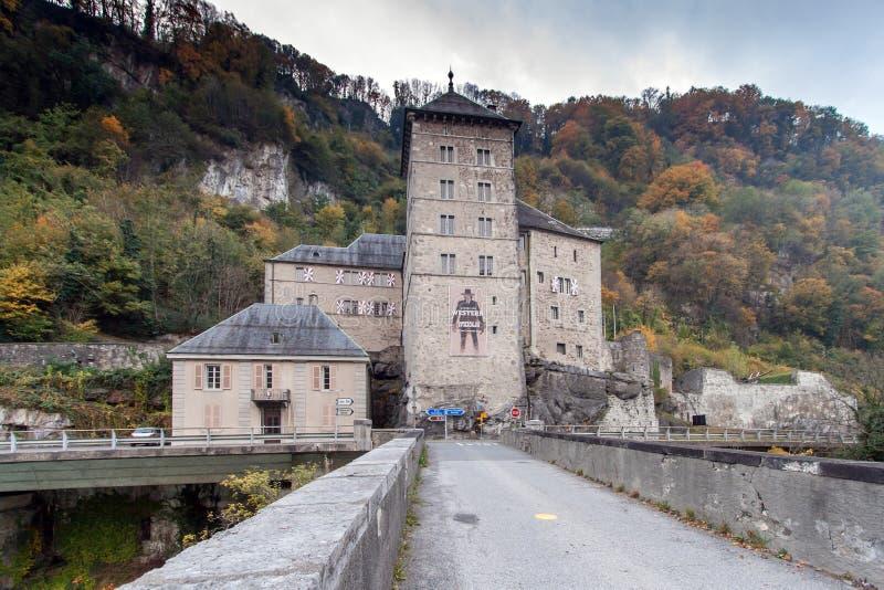 ST MAURICE FÄSTNING, SCHWEIZ - OKTOBER 27, 2015: Frontal sikt av fästningen för St Maurice History, kanton av Vaud arkivbilder