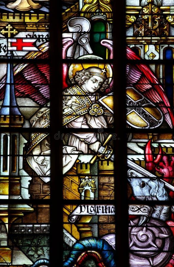 St Michael (ängel) stridighetondska (målat glass) royaltyfri fotografi