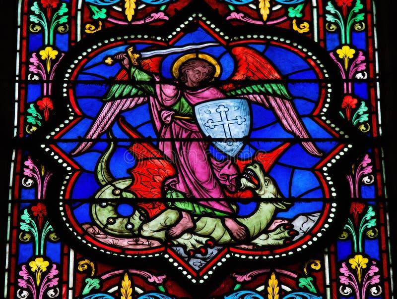 St Michael сражая Satan стоковое фото