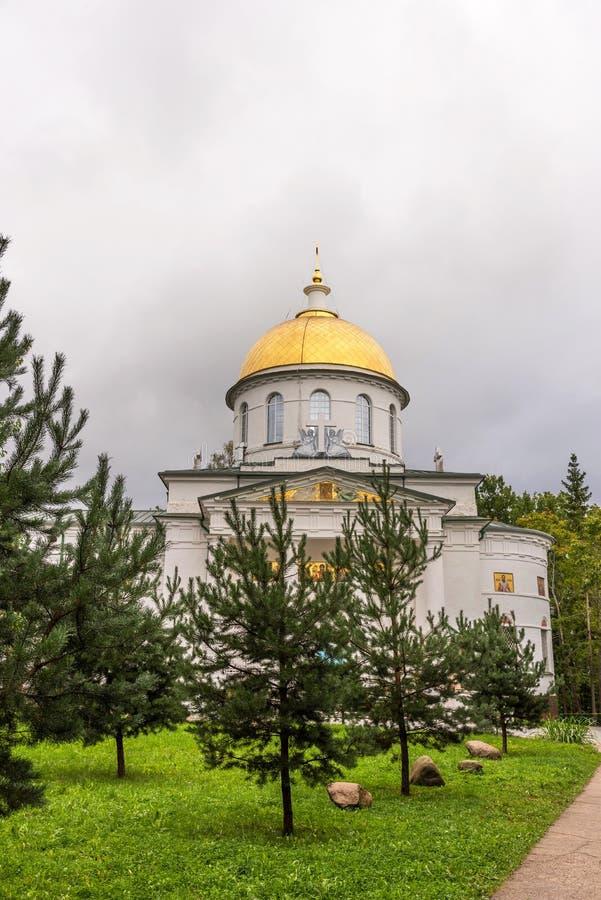 St Michael Cathedral do monastério santamente de Dormition Pskovo-Pechersky Pechory, Rússia imagens de stock