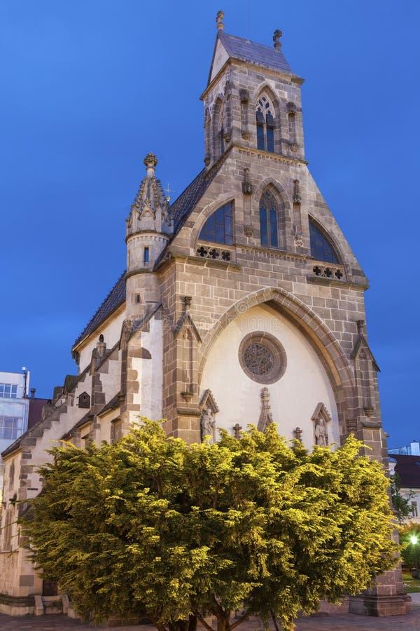 St Michael Chapel in Kosice bij nacht stock afbeeldingen
