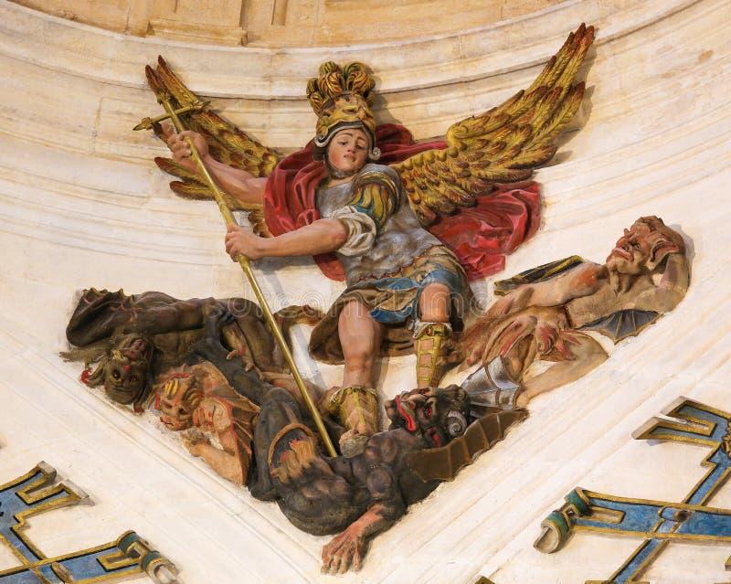 St Michael che uccide il drago nella cattedrale di Burgos fotografia stock libera da diritti