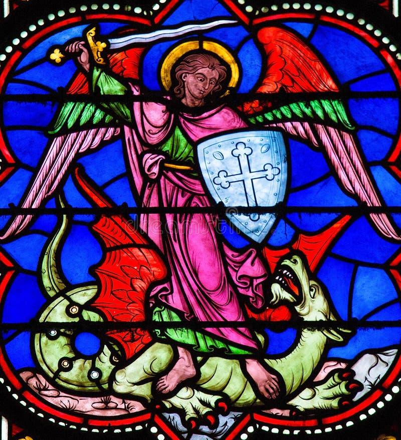 St Michael che uccide Satana fotografie stock