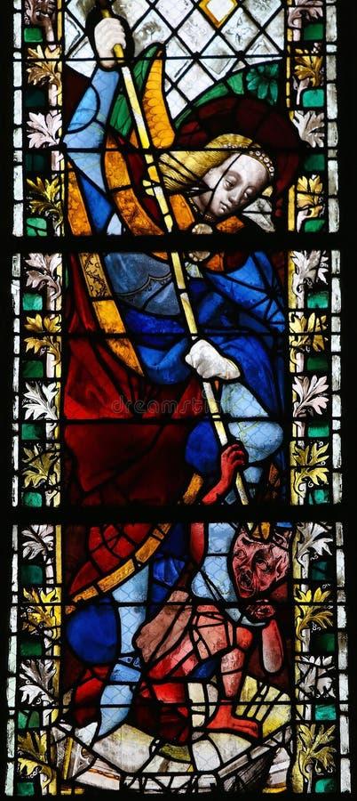 St Michael che uccide Satana immagini stock libere da diritti