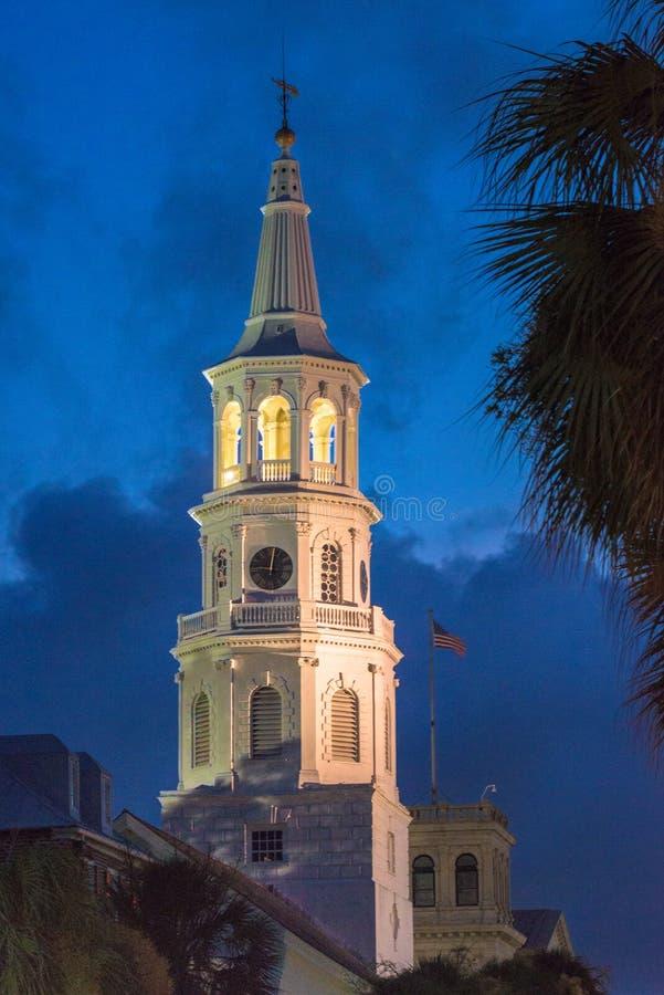 St Michael kościół episkopalny przy półmrokiem, Charleston SC zdjęcie stock