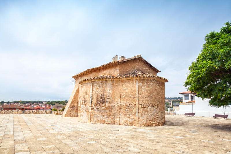 St Michael kyrka i den Calafell staden, Spanien royaltyfria bilder