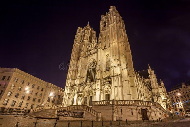 St Michael och domkyrka för St Gudula på natten - Bryssel, Belgien fotografering för bildbyråer