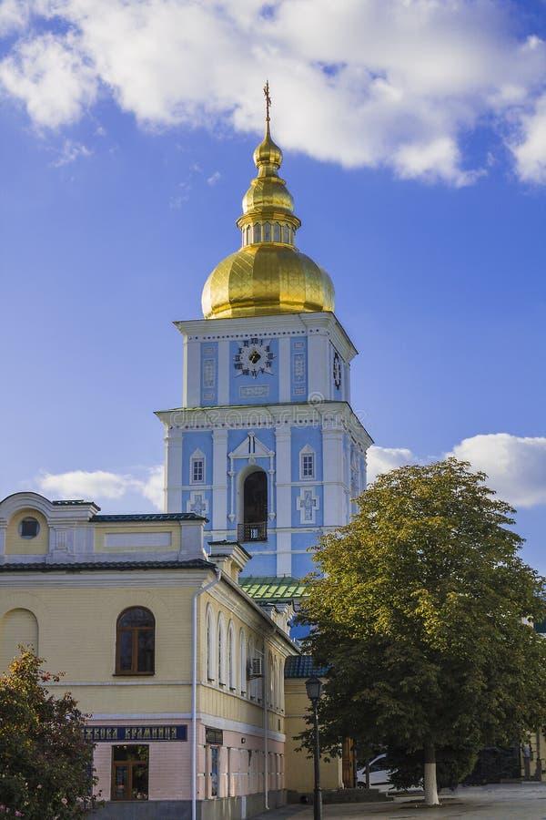 St- Michael` s Golden-gewölbter Kloster-Glockenturm lizenzfreies stockbild