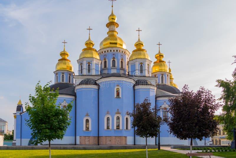 St- Michael` s Golden-gewölbtes Kloster funkelt mit seinen Hauben im Sonnenschein kiew ukraine stockfoto