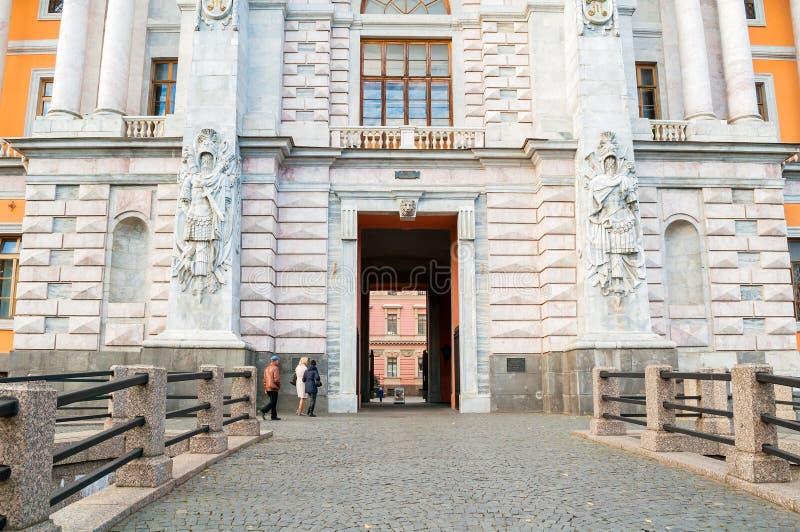 St- Michael` s Schloss oder Ingenieure ziehen sich in St Petersburg, Russland - Fassadenansicht von St- Petersburgmarkstein zurüc stockbilder