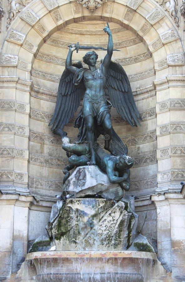St Michael springbrunn i Paris royaltyfria bilder