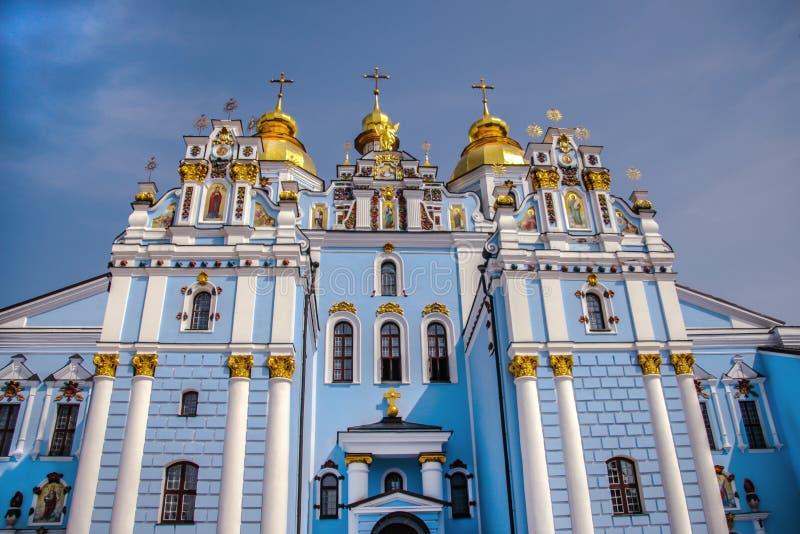 St Michael wordt ontspannen vernietigde het Gouden klooster die die in Kiev werken, in 1997-1998 in de vormen van de kathedraalke royalty-vrije stock foto's