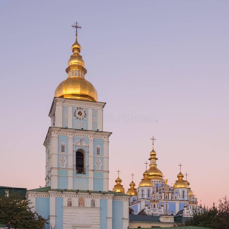 St Michaels Golden-Domed Monastery com a torre da catedral e de sino durante o crepúsculo em Kiev foto de stock