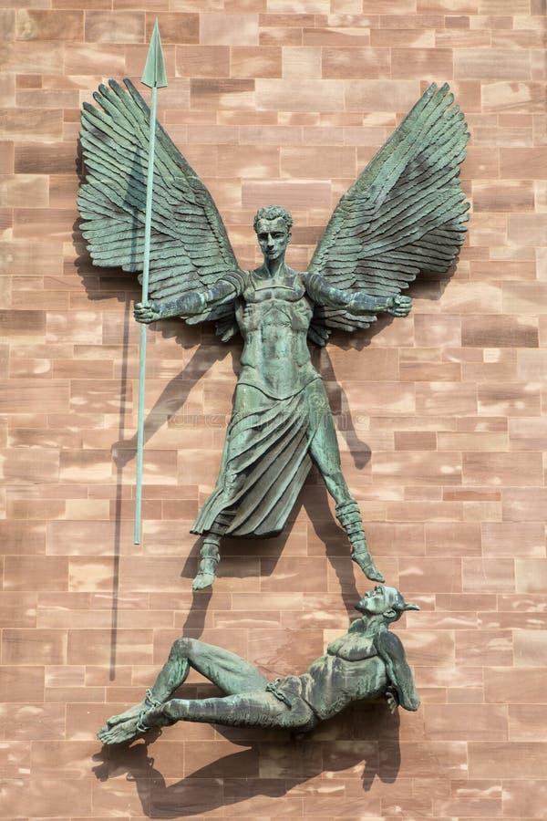 St. Michaels Victory über dem Teufel in Coventry-Kathedrale lizenzfreies stockfoto