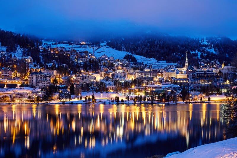 St Moritz kurort przy nocą obrazy stock
