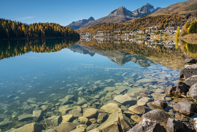 St Moritz met zijn meer en omringende bergen in de herfst stock afbeeldingen
