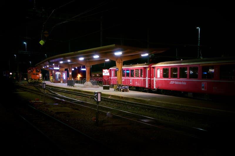 ST MORITZ, SUISSE, AOÛT, 19, 2010 : Vue de nuit sur des trains image libre de droits