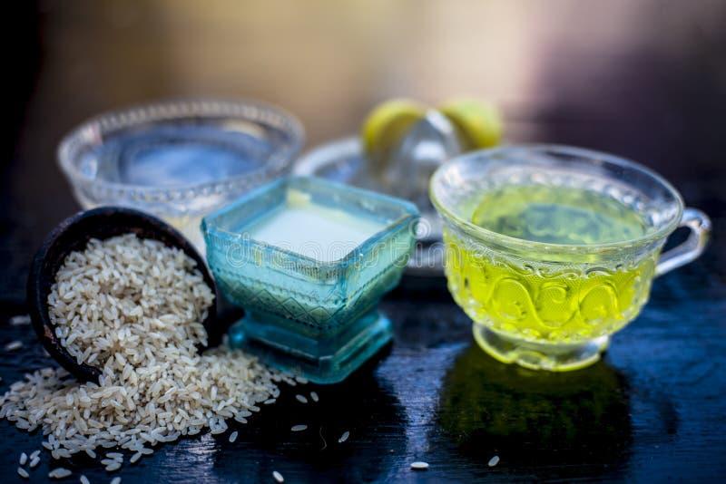 St?ng sig upp av ansiktsmask av rismj?l med gr?nt te, vatten och citronjuice p? tr?yttersida i en exponeringsglasbunke med n?gra  arkivbild