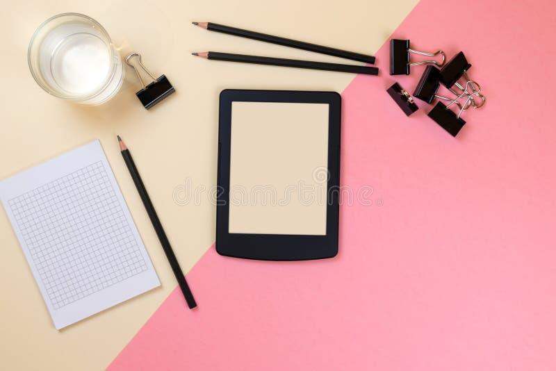 St?ng sig upp av det id?rika kontorsskrivbordet med tomma minnestavlatillf?rsel och andra objekt med kopieringsutrymme ?tl?je upp royaltyfri foto