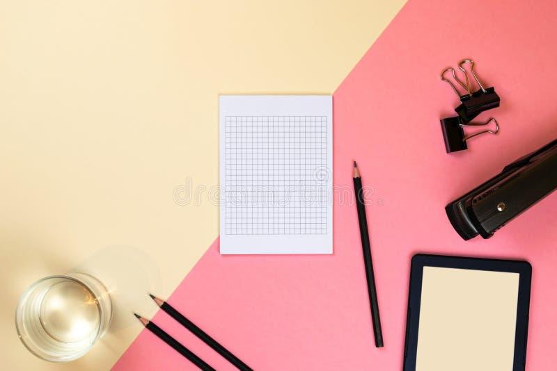 St?ng sig upp av det id?rika kontorsskrivbordet med tomma minnestavlatillf?rsel och andra objekt med kopieringsutrymme ?tl?je upp arkivfoto