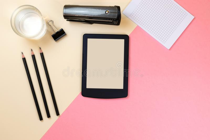 St?ng sig upp av det id?rika kontorsskrivbordet med tomma minnestavlatillf?rsel och andra objekt med kopieringsutrymme ?tl?je upp royaltyfria foton