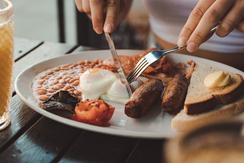 St?ng sig upp av en platta av den engelska frukosten royaltyfri bild