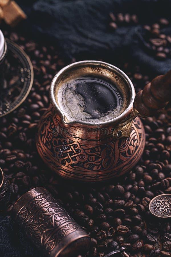 St?ng sig upp av varmt kaffe arkivfoto