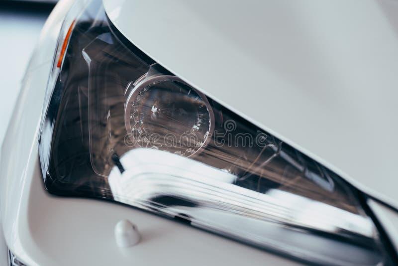 St?ng sig upp detaljen p? en av den LEDDE moderna bilen f?r billyktor arkivbilder