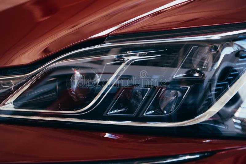 St?ng sig upp detaljen p? en av den LEDDE moderna bilen f?r billyktor royaltyfria foton