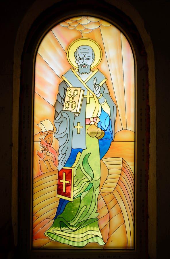 St Nicholas av Myra, symbolsmålning på fönstret arkivbild