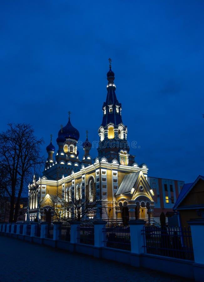 St Nicholas Cathedral met avondverlichting van de vesting in Brest, Wit-Rusland stock foto