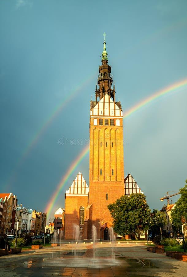 St. Nicholas Cathedral mit einem Regenbogen in Elblag, Polen lizenzfreies stockfoto