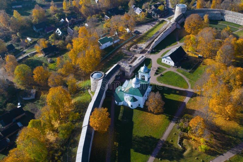 St Nicholas Cathedral nel rilevamento aereo medievale della fortezza di Izborsky Regione di Pskov, Russia fotografia stock