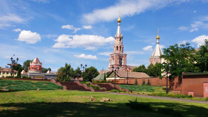 St. Nicholas Cathedral, schöne Landschaft, gegen einen Hintergrund des schönen Himmels und der schönen Wolken stockbilder