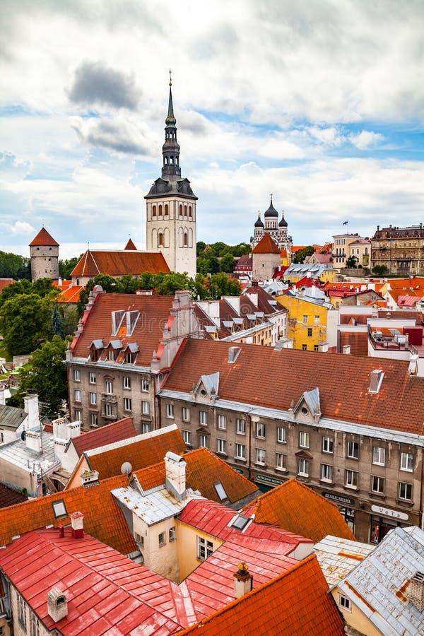 St Nicholas Church e tetti rossi a Tallinn, Estonia fotografia stock libera da diritti
