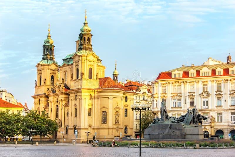 St Nicholas Church i gammal stadfyrkant i Prague, Tjeckien royaltyfri foto