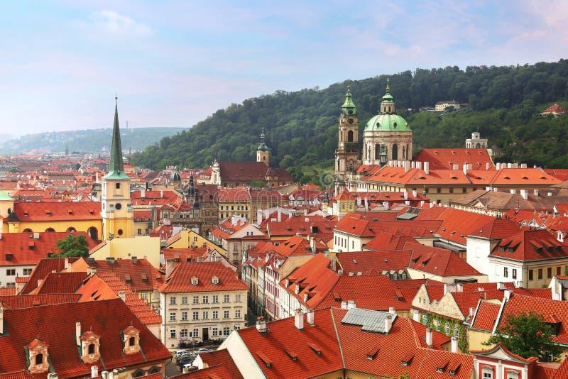 St Nicholas Church koepel boven rode dakbovenkanten van Mala Strana, de Tsjechische Republiek van Praag stock foto