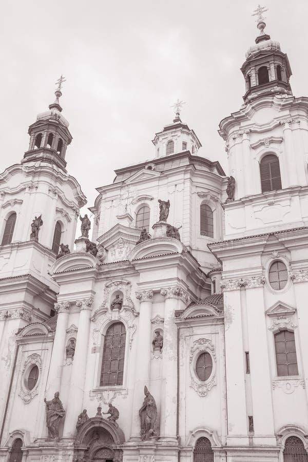 St Nicholas Church na vizinhança de Mesto do olhar fixo; Praga imagens de stock