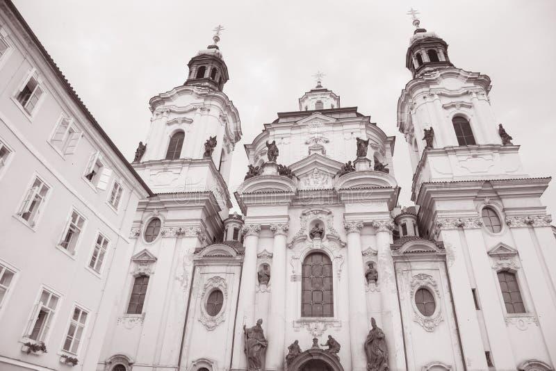 St Nicholas Church na vizinhança de Mesto do olhar fixo; Praga imagem de stock royalty free