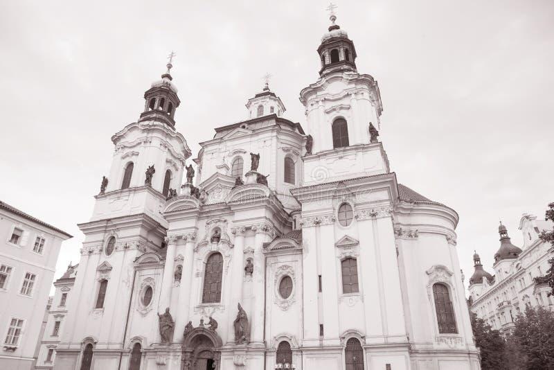St Nicholas Church na vizinhança de Mesto do olhar fixo; Praga fotografia de stock royalty free