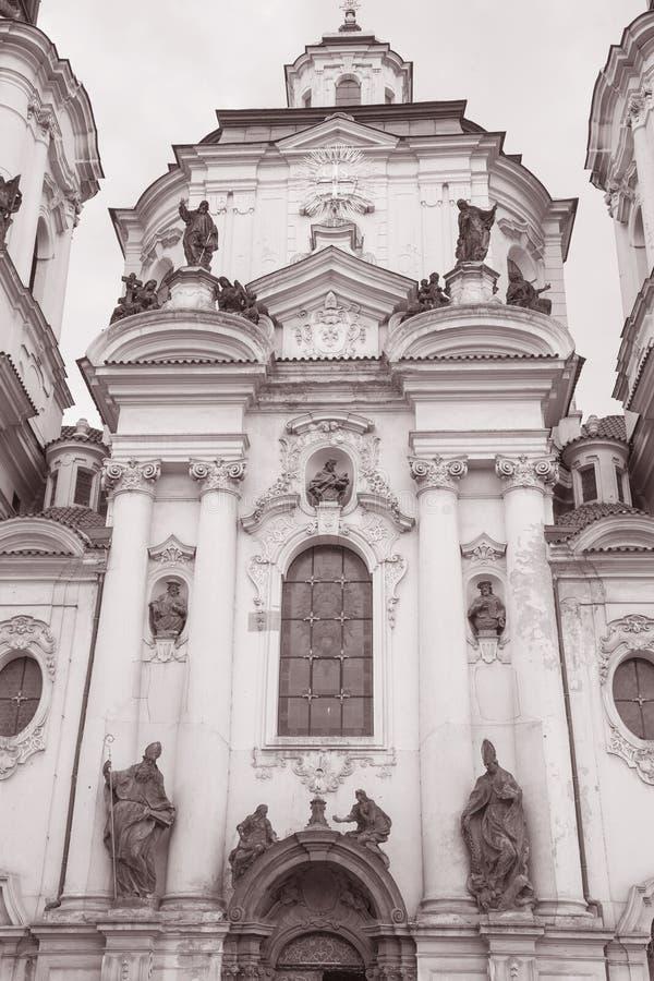 St Nicholas Church na vizinhança de Mesto do olhar fixo; Praga fotografia de stock